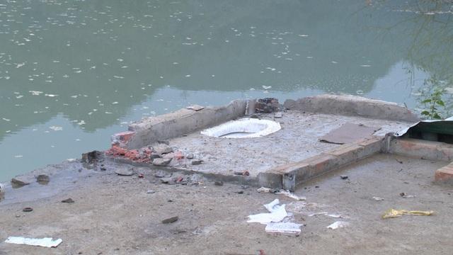Một nhà dân bị sạt trôi hết, chỉ còn lại nền nhà.