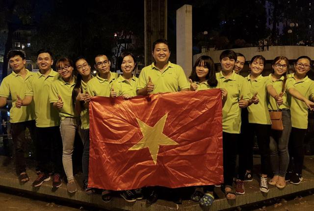 Một nhóm bạn trẻ hâm mộ thể thao có cách bày tỏ niềm vui trật tự hơn tại khu vực Hồ Con Rùa - Trung tâm Sài Gòn