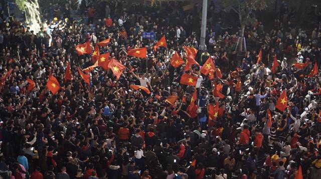Gần 23h00, Hô Gươm vẫn còn khoảng 2.000 người xuống đường, nhiều lá cờ đỏ sao vàng được phất lên hoà trong tiếng ca vang bài Như có Bác trong ngày vui đại thắng...