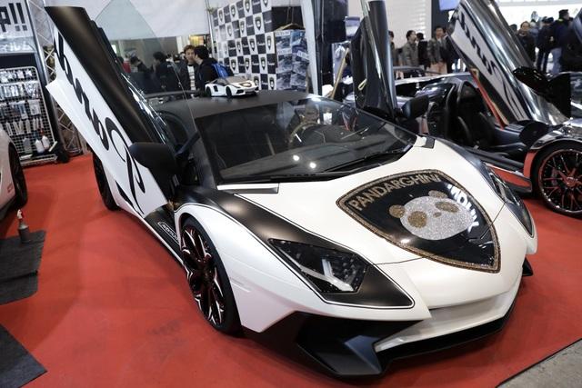 Chiếc Lamborghini Aventador SV nổi bật với hình ảnh gấu trúc nạm đá quý trên nắp ca-pô