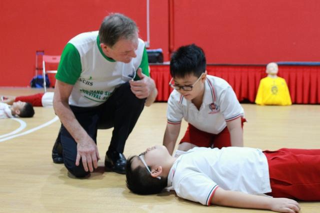 Học sinh SNA thực hành sơ cứu nạn nhân bị bất tỉnh. (Ảnh: Ngọc Trang)