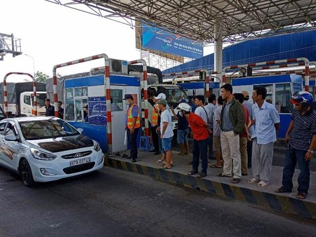 Trưa nay trạm thu phí T2 kẹt xe buộc phải xả trạm do các tài xế phản đối quyết liệt