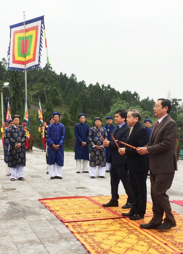 Lãnh đạo tỉnh Thừa Thiên Huế và TP Huế kính cẩn dâng hương tại Tượng đài Quang Trung ở núi Bân