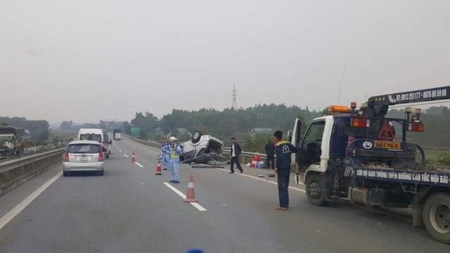 Lực lượng chức năng điều tiết giao thông sau vụ tai nạn (Ảnh: Viết Mai)