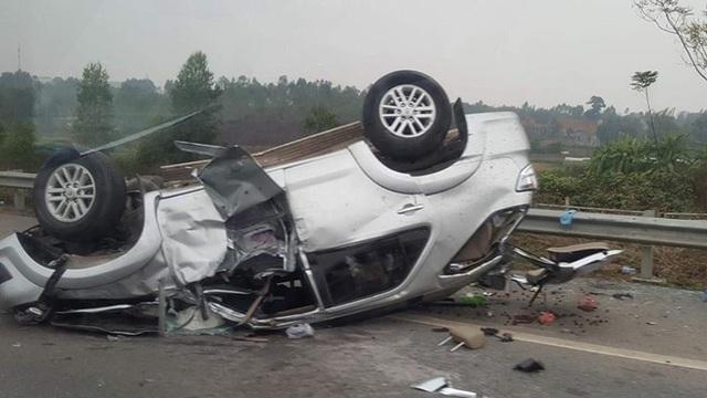 Chiếc xe Toyota Fortuner lật ngửa sau vụ tai nạn