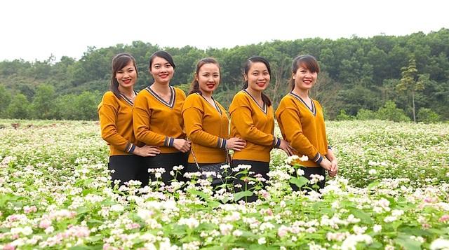 Bạn trẻ thích thú bên cánh đồng hoa.