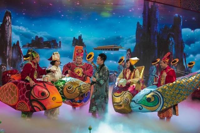 Các Táo xuất hiện bằng cá chép giữa màn biểu diễn của ca sĩ Tùng Dương năm 2015.
