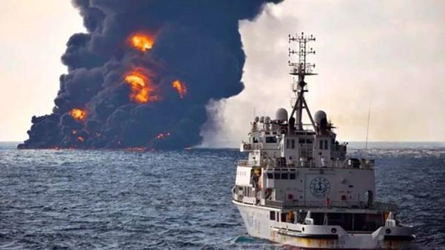 Tàu Iran bốc cháy hơn 1 tuần và đắm sau cú nổ cực mạnh ngày 14/1. (Ảnh: SCMP)