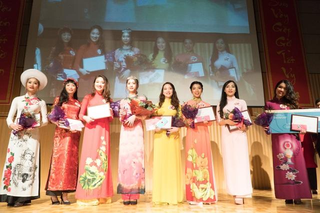 Top 8 Miss Vysa tranh tài trong khuôn khổ đêm tiệc đón Tết.