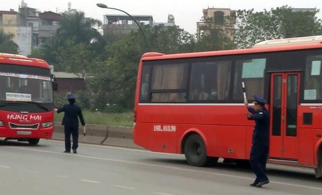 Tình trạng xe khách đi qua tuyến Phạm Văn Đồng lên cầu Thăng Long thường xuyên bắt khách dọc đường được các cơ quan chức năng liên tục xử lý trong vài năm gần đây nhưng đến nay vẫn tồn tại. Đặc biệt, dịp gần Tết Nguyên đán, khi nhu cầu đi lại tăng cao, các nhà xe cũng thường xuyên vi phạm hơn.