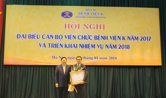 Thứ trưởng Nguyễn Viết Tiến trao tặng Huân chương lao động Hạng III cho PGS.TS Trần Văn Thuấn – Giám đốc bệnh viện.