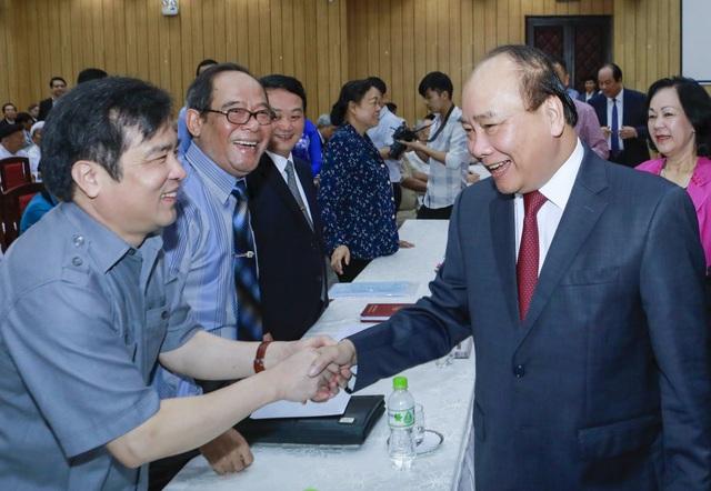 Thủ tướng Nguyễn Xuân Phúc thăm hỏi các đại biểu tham dự hội nghị (ảnh: Quang Vinh)