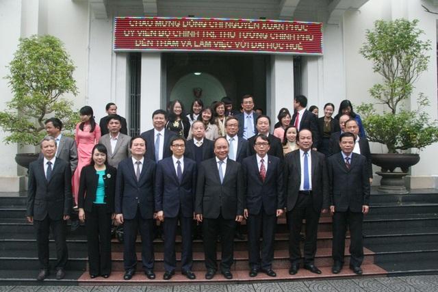 Đoàn công tác của Chính phủ và Thủ tướng chụp ảnh lưu niệm tại Đại học Huế