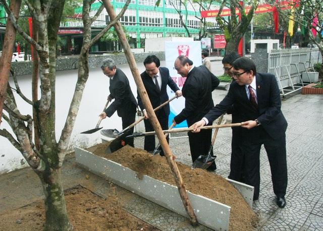 Thủ tướng trồng 2 cây mai vàng tại Đại học Huế