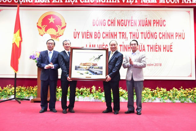 Tỉnh Thừa Thiên Huế tặng Thủ tướng bức tranh về Hoàng thành Huế