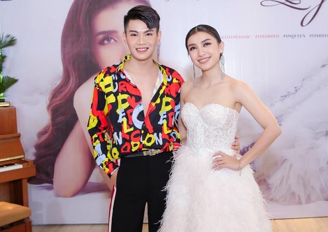 Đào Bá Lộc diện trang phục sặc sỡ đến chúc mừng Tiêu Châu Như Quỳnh. Cả hai từng gắn bó trong team The Voice của Hồ Ngọc Hà năm 2012.