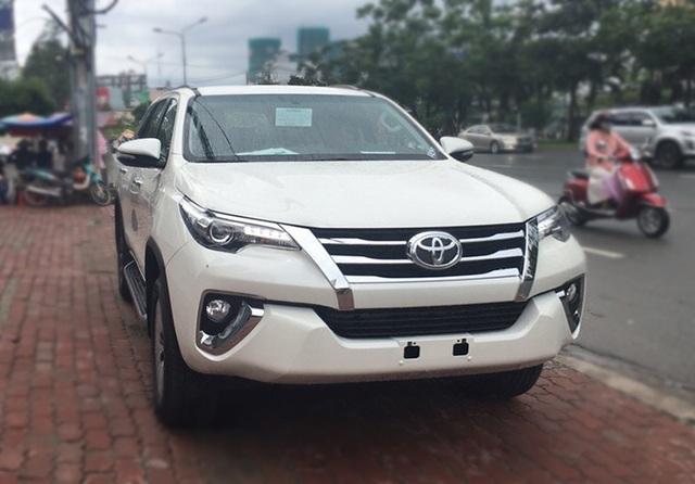 Chiếc Toyota Fortuner 4x2 nhập khẩu từ Indonesia đã đi gần 4.000 km được rao bán tại Hà Nội với giá bán 1,3 tỉ đồng, phiên bản 4x4 cũng có giá bán tới hơn 1,4 tỉ đồng. Đây là giá bán cao hơn gần 200 triệu đồng so với giá xe mới do Toyota Việt Nam công bố.