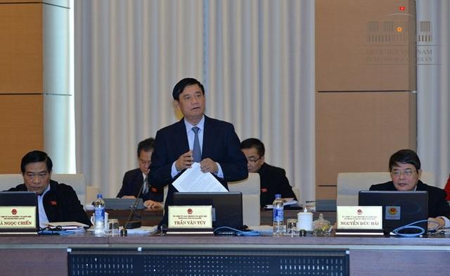 Trưởng Ban công tác đại biểu Trần Văn Túy phát biểu tại phiên họp