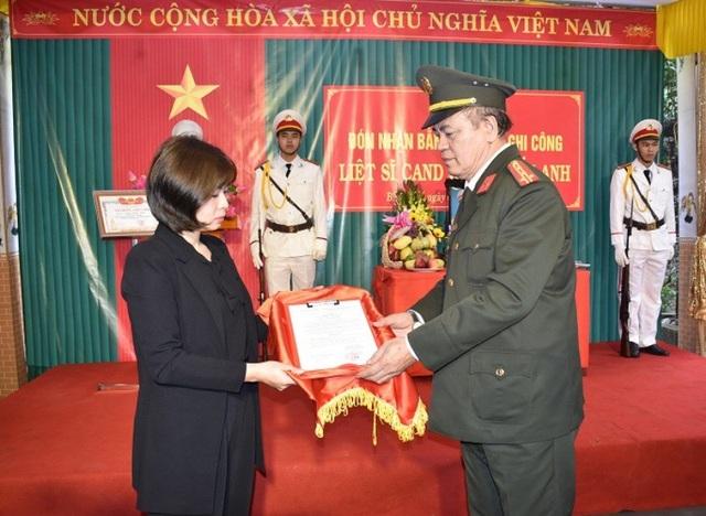 Lãnh đạo Công an tỉnh Ninh Bình trao bằng Tổ quốc ghi công của Thủ tướng Chính phủ cho gia đình Trung tá liệt sỹ Đặng Tuấn Anh.