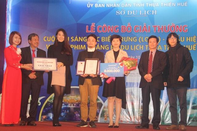 """Tác giả Khuất Duy Long – FA Production, TP Hà Nội (giữa) với clip tựa đề """"Hue's Hidden Charm"""" đã giành giải Nhất phim quảng bá du lịch tỉnh Thừa Thiên Huế"""