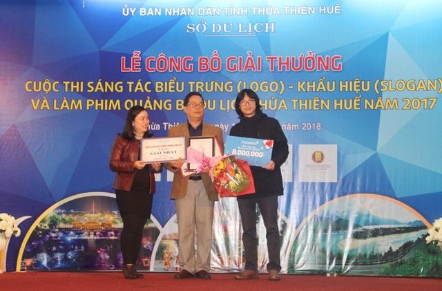 Tác giả Nguyễn Thiện Đức (giữa) nhận giải Nhất thiết kế logo quảng bá du lịch Thừa Thiên Huế