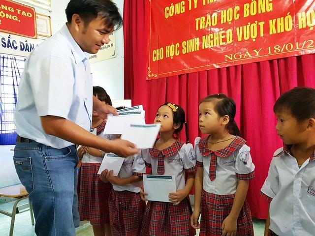 Ông Nguyễn Văn Dũng - đại diện Công ty Grobest trao học bổng tại Trường Tiểu học Bình Khánh.