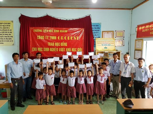 Các em học sinh vui vẻ khi nhận được học bổng.