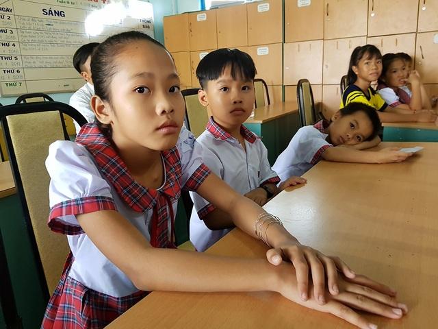 Em Nguyễn Thị Trang hứa sẽ cố gắng học thật tốt để xứng đáng với những gì nhà hảo tâm trao tặng