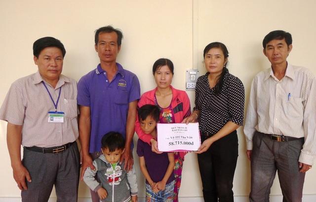 Đại diện bạn đọc Dân trí, bà Nguyễn Thị E – Chủ tịch UBND xã Đông Bình trao tới gia đình chị Võ Thị Thu Vân số tiền 58.715.000đồng.