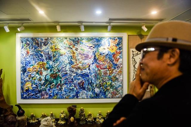 """Triển lãm tranh và nghệ thuật sắp đặt """"Đến từ ánh sáng"""" của họa sĩ Trịnh Thắng do Reacom tổ chức đã chính thức khai mạc vào sáng nay (ngày 7/1) tại số 9, ngõ 318, phố Bùi Xương Trạch, quận Thanh Xuân, Hà Nội."""