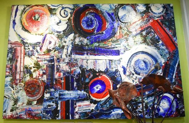 """Một nhà phê bình đã nhận xét: """"Những bức tranh động, vần vũ, biến ảo. Không trường phái, bố cục, không nguyên tắc... Bản chất màu là có sẵn. Vũ trụ là toàn hảo. Không khởi từ ý niệm tâm trí để vẽ, mà để dòng tâm thức chảy qua màu sắc, hòa quyện nhau, tạo thành tranh""""."""