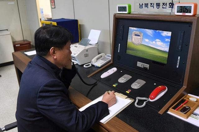 Sĩ quan Hàn Quốc trực đường dây nóng với Triều Tiên (Ảnh: Reuters)