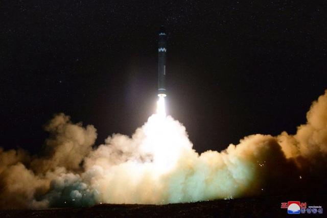 Vụ phóng tên lửa đạn đạo liên lục địa của Triều Tiên cuối tháng 11/2017 (Ảnh: Reuters)