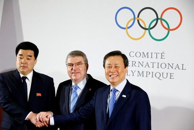 Bộ trưởng Thể thao kiêm Chủ tịch Ủy ban Olympic Triều Tiên Kim Il-guk (ngoài cùng bên trái) bắt tay với đại diện của Hàn Quốc và IOC. (Ảnh: Reuters)