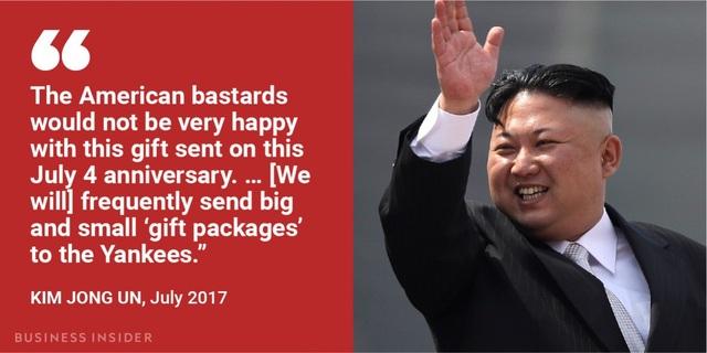 """Nhân ngày Quốc khánh Mỹ 4/7, ông Kim Jong-un cảnh báo: """"Những người Mỹ xấu xa sẽ không vui khi món quà này được gửi vào lễ kỷ niệm 4/7… (Chúng ta) sẽ thường xuyên gửi những gói quà lớn và nhỏ tới người Mỹ"""". Trước đó ngày 3/7, Triều Tiên đã phóng tên lửa đạn đạo liên lục địa Hwasong-14 và tuyên bố tên lửa này có thể tấn công bất kỳ mục tiêu nào trên thế giới. """"Món quà"""" mà ông Kim Jong-un nhắc tới là những vụ phóng tên lửa như vậy."""