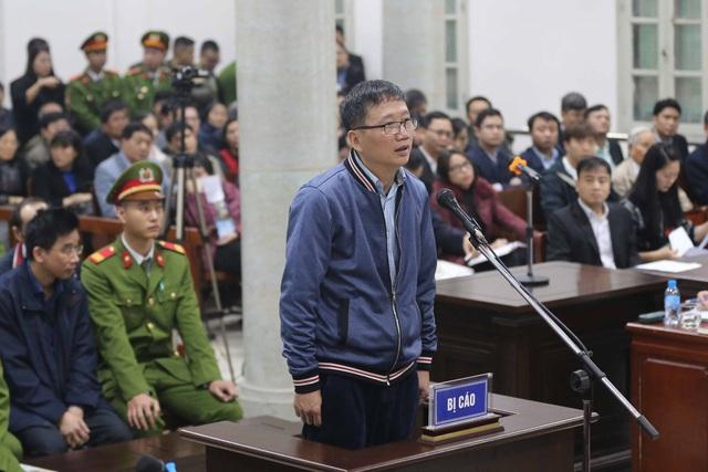 Bị cáo Trịnh Xuân Thanh, nguyên Chủ tịch Hội đồng quản trị, Tổng Giám đốc PVC trả lời Hội đồng xét xử tại phần kiểm tra căn cước. Ảnh: Doãn Tấn - TTXVN