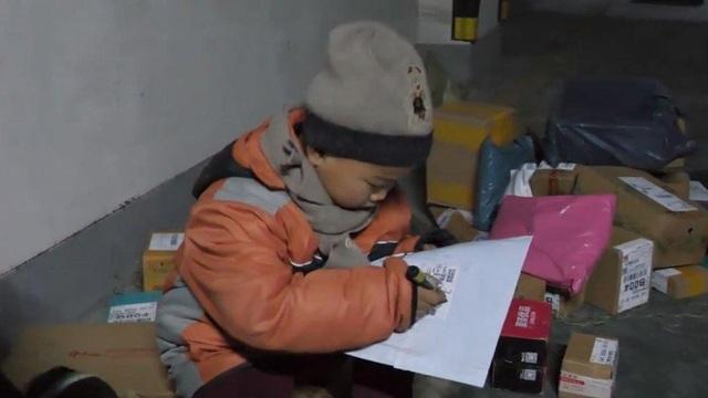 Li có thể giao 30 đơn hàng một ngày ở khu vực gần nơi ở (Ảnh: Newsweek)