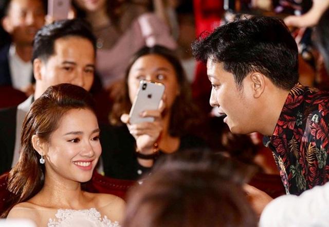 Trường Giang đã khiến Nhã Phương bất ngờ khi cầu hôn cô trên sóng trực tiếp, trước hàng triệu khán giả.