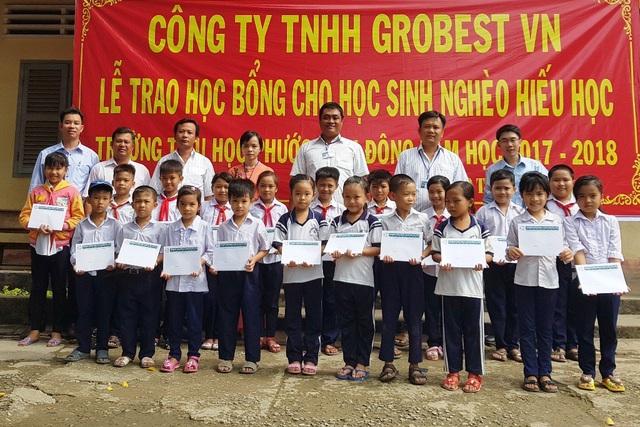 20 em học sinh trường tiểu học Phước Vĩnh Đông vui vẻ nhận 20 suất học bổng từ công ty Grobest Việt Nam
