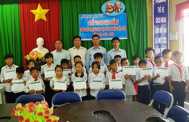 Đại diện công ty Grobest Việt Nam trao 20 suất học bổng cho các em học sinh trường tiểu học Tân Tập 1
