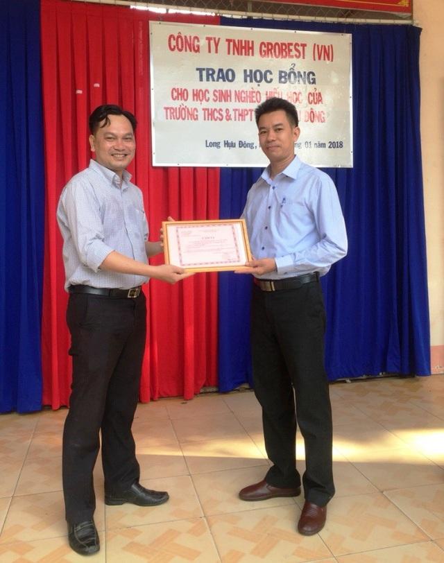 Thầy Trương Văn Minh thay mặt cho ban lãnh đạoTrường THCS&THPT Long Hựu Đông chân thành cảm ơn tấm lòng vàng của công ty Grobest Việt Nam