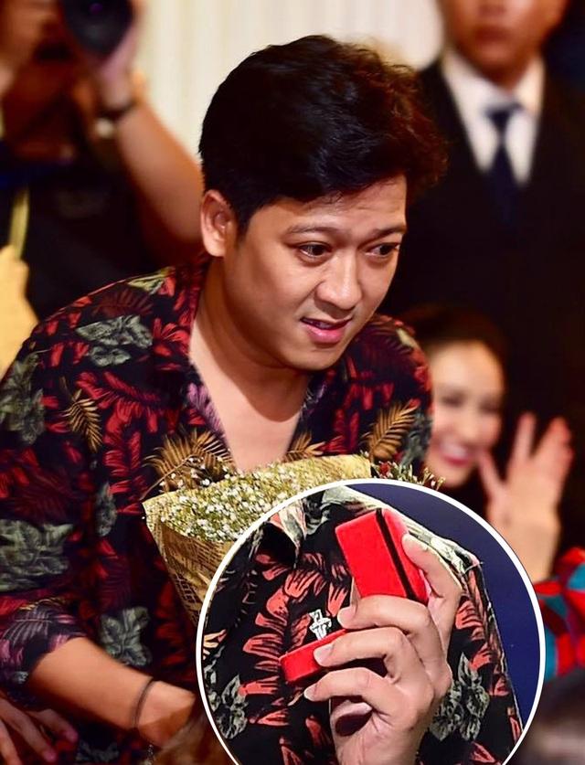 Trường Giang nhanh chóng xuống sân khấu để tặng hoa và trao nhẫn cầu hôn cho bạn gái (Ảnh: Lý Võ Phú Hưng)