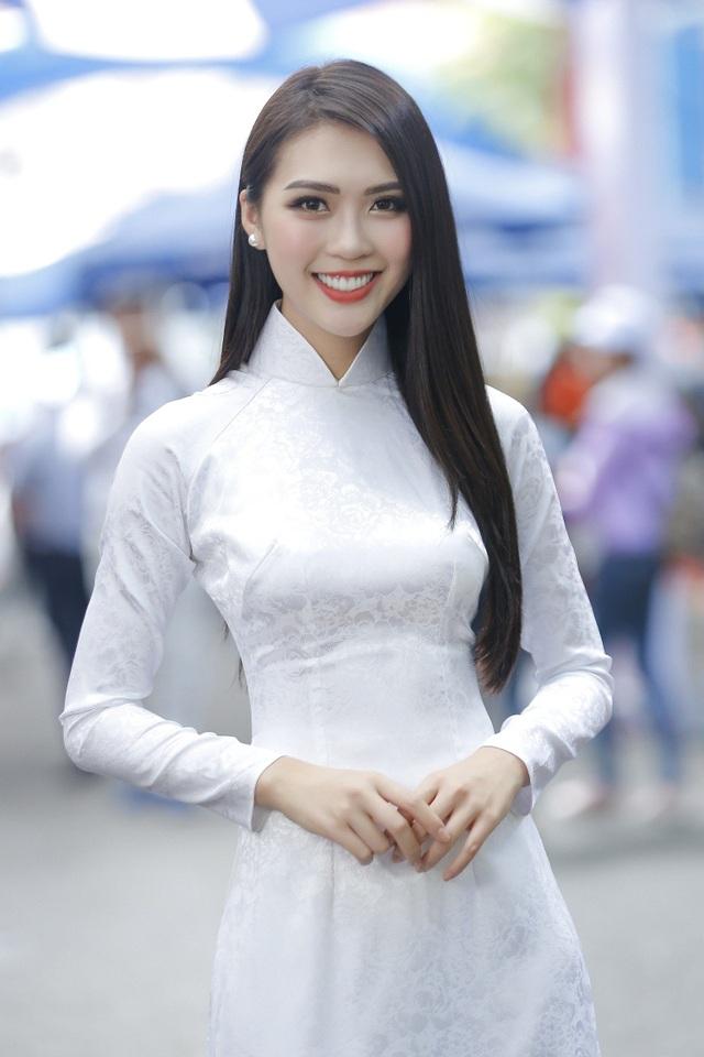 Tường Linh cũng đã giới thiệu với bạn bè quốc tế clip ngắn giới thiệu về quê hương Việt Nam. Xuất hiện trong đoạn clip với bộ áo dài trắng đơn giản nhưng nền nã và dịu dàng, Tường Linh đã sử dụng tiếng Anh thuần thục để trò chuyện với khán giả. Cô dõng dạc giới thiệu mình là Hoa hậu Liên lục địa Việt Nam 2017. Ảnh: Trí Bùi.