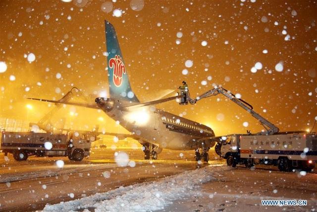 Đến nay, ít nhất 3 sân bay ở Trung Quốc buộc phải tạm ngừng hoạt động do tuyết rơi dày. (Ảnh: China News)