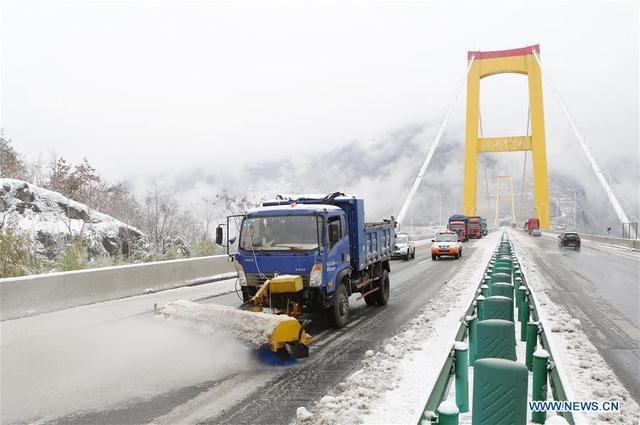 Tuyết rơi ảnh hưởng nghiêm trọng đến hoạt động giao thông những ngày qua ở Trung Quốc. (Ảnh: China News)