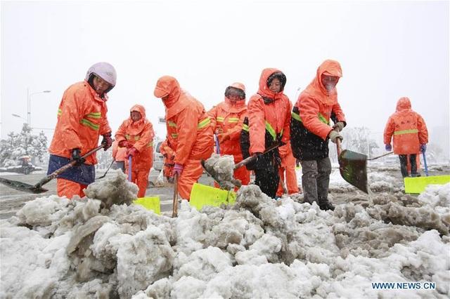 Ở một số khu vực miền trung, đông và bắc Trung Quốc, tuyết phủ dày tới 30cm. (Ảnh: China News)