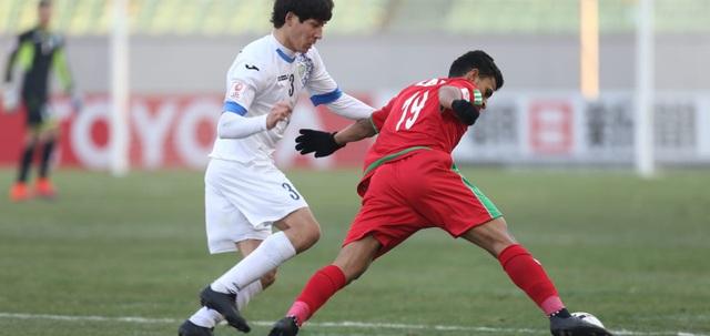 U23 Uzbekistan (áo trắng) giành vé thứ 2 của bảng A vào tứ kết, sau trận thắng 1-0 trước Oman