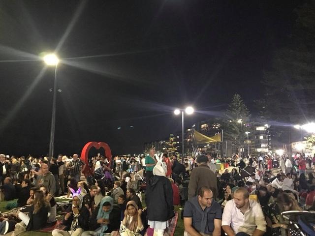 Nhiều người đem cả lều ra ngồi chờ xem bắn pháo hoa từ lúc 6 giờ chiều.