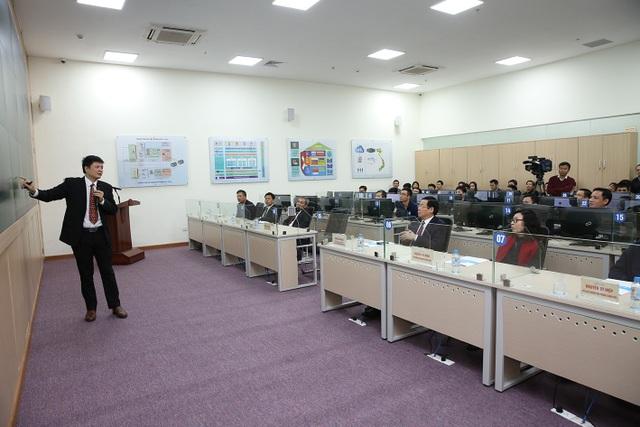 Phó Thủ tướng nghe báo cáo của lãnh đạo Bảo hiểm xã hội Việt Nam
