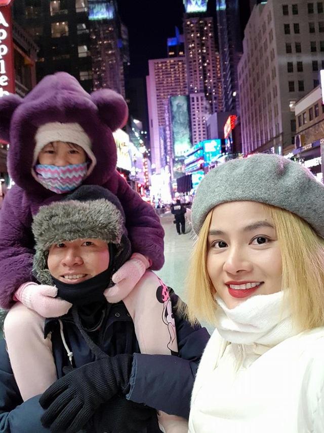 """Vũ Thu Phương cùng gia đình đón năm mới ở New York. Và dành lời chúc năm mới đến khán giả: """"Chúc cả nhà hạnh phúc mãi với gia đình, nhiều sức khoẻ. Chúc mọi người kiếm tiền thật nhiều. Chúc mừng năm mới!""""."""